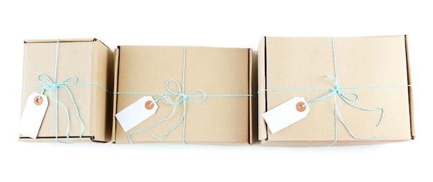 Pacotes de pacotes de correio isolados no branco