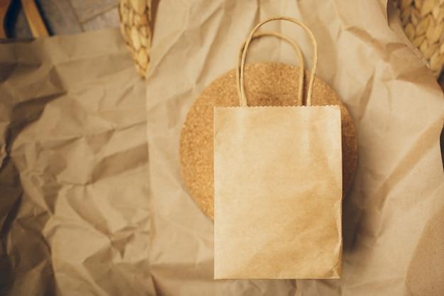 Pacotes de papel no fundo marrom. copie o espaço. vista do topo. eco e salvar o conceito de terra. desperdício zero.