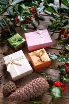 Pacotes de presente com decoração de natal