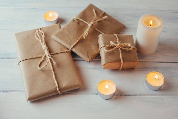 Pacotes de presente de natal e velas
