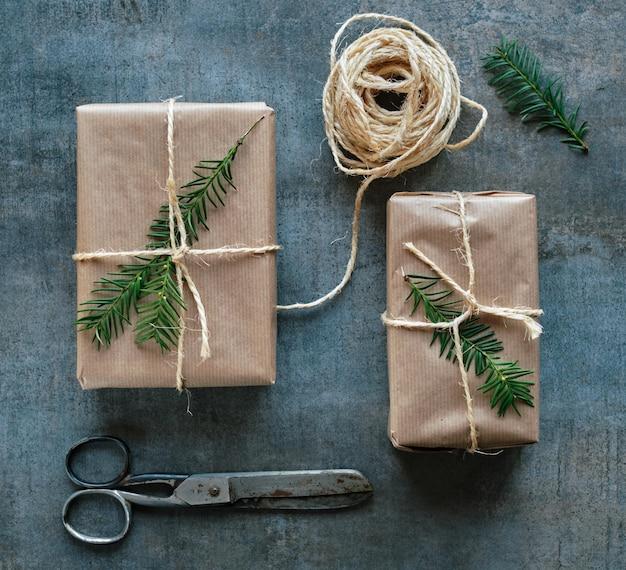 Pacotes de presente embrulhados com papel kraft amarrado com uma corda