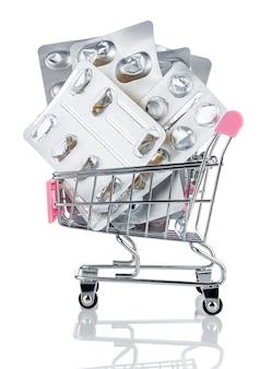 Pacotes vazios de comprimidos e pílulas no carrinho de compras do mercado de brinquedos cromados com alça rosa isolada no branco