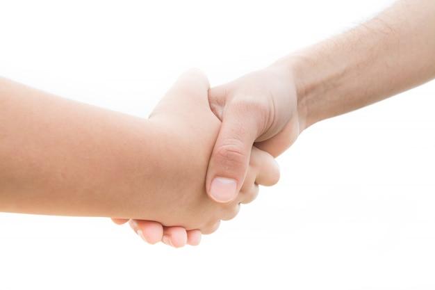 Pacto entre um jovem e um adulto com um aperto de mão