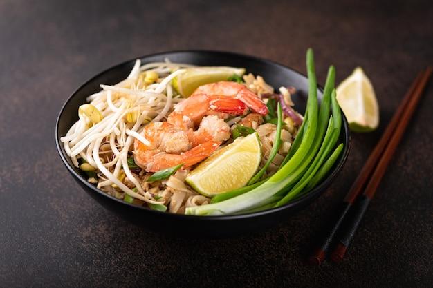 Pad thai com camarão em fundo de pedra, foco seletivo