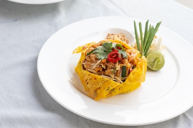 Pad thai e envolto em comida egg.thai