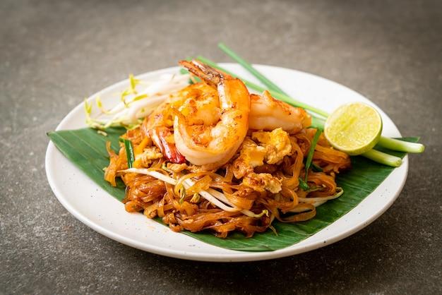 Pad thai - macarrão de arroz frito com camarão