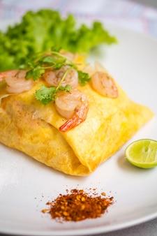 Pad thai noodles frito em envoltórios de ovo