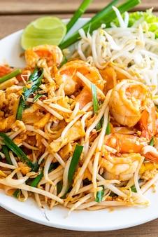 Pad thai stir macarrão de arroz frito com camarões