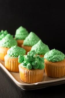 Padaria caseira esponja cupcake baunilha tom verde buttercream no preto