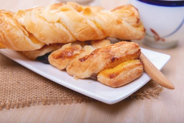Padaria caseira tradicional pão comendo com café ou chá