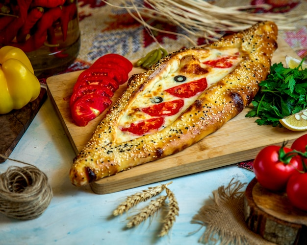 Padaria cheia de queijo e tomate