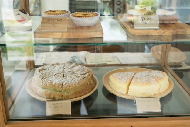 Padaria com diferentes tipos de pão, bolos e bolos
