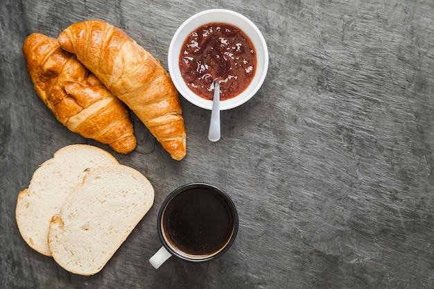 Padaria composta com café e marmelada