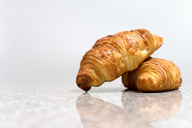 Padaria croissant na mesa de mármore cinza