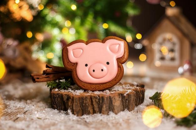 Padaria de comida tradicional de férias. cabeça de porco-de-rosa de gengibre em decoração aconchegante e quente com luzes de festão