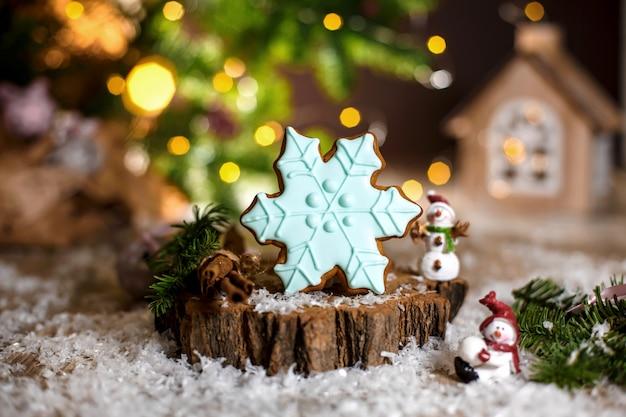 Padaria de comida tradicional de férias. floco de neve azul de gengibre em decoração aconchegante e quente com luzes de festão