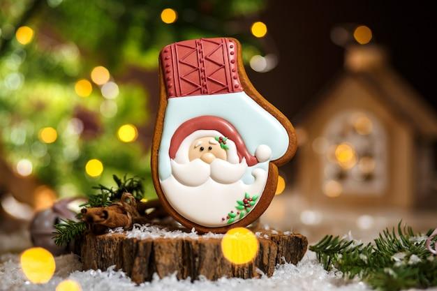 Padaria de comida tradicional de férias. luva de gengibre papai noel em decoração aconchegante e quente com luzes de guirlanda