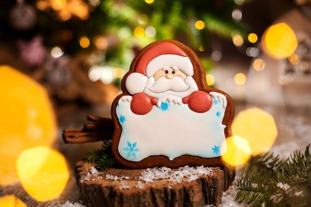 Padaria de comida tradicional de férias, pão de gengibre papai noel com espaço de cópia na decoração acolhedora e quente com luzes de festão