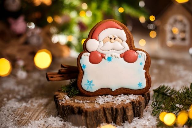 Padaria de comida tradicional de férias. pão de gengibre papai noel com espaço de cópia na decoração aconchegante e quente com luzes da guirlanda