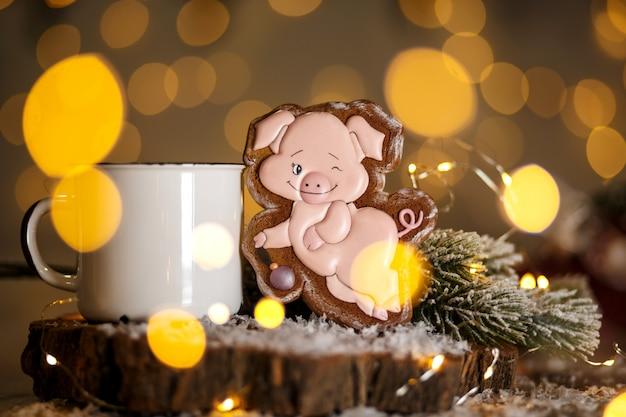 Padaria de comida tradicional de férias. porco rosa engraçado de gengibre em decoração aconchegante com luzes de garland e xícara de café quente
