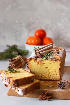 Padaria de inverno. bolo úmido de pão cítrico decorado com tangerinas, alecrim, especiarias e açúcar em pó.