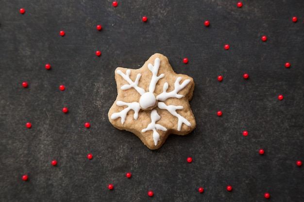 Padaria de natal decorada com biscoito de gengibre caseiro com glacê de perto