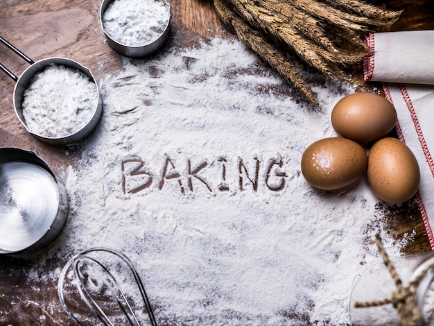 Padaria dos acessórios do cozimento da pastelaria com escrita do texto do cozimento na farinha.