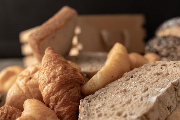 Padaria e pães colocados na mesa de madeira
