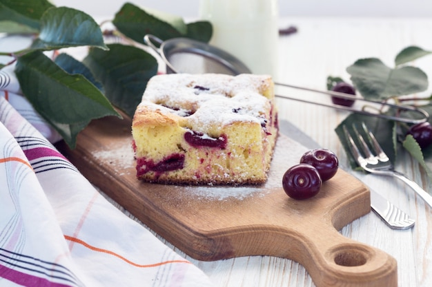 Padaria - torta de cereja, leite e cerejas na mesa