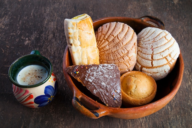 Padaria tradicional mexicana de pão doce e copo de leite isolado
