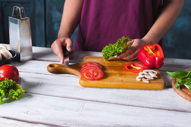 Padeiro chef fazendo pizza na cozinha