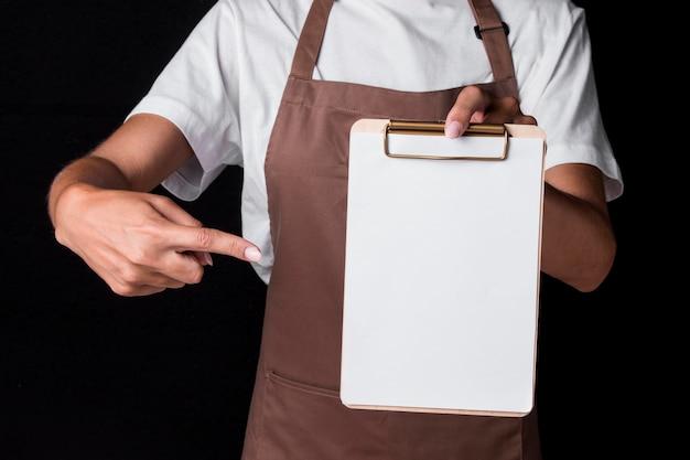 Padeiro de frente segurando uma prancheta em branco