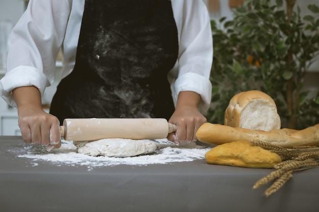 Padeiro masculino prepara pão com farinha