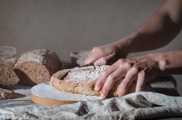Padeiro segurando pão fresco nas mãos
