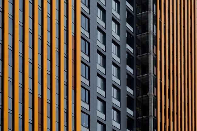 Padrão arquitetônico das janelas e fachada ventilada de um edifício de vários andares