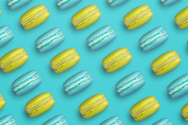 Padrão azul de macarons de cookies franceses amarelos