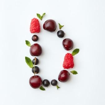 Padrão colorido de verão da letra d do alfabeto inglês de frutas naturais maduras - groselha preta