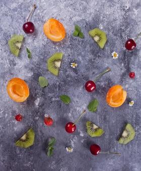 Padrão colorido feito de frutas, folhas e bagas