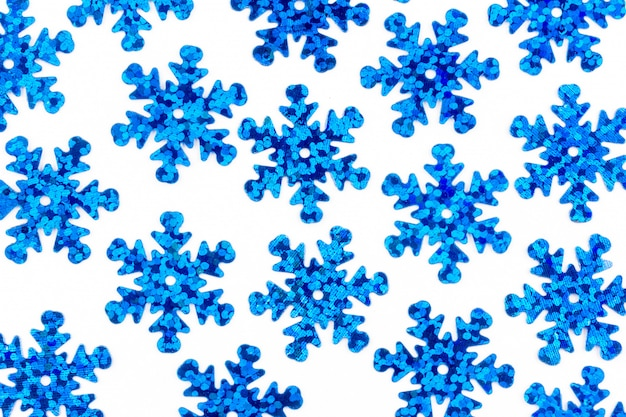 Padrão com flocos de neve azuis decorativos em um fundo branco