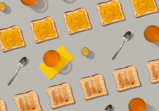Padrão com torradas e geléia de limão em fundo cinza. modelo de menu de restaurante saboroso café da manhã