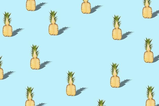Padrão criativo com abacaxi sobre fundo azul.