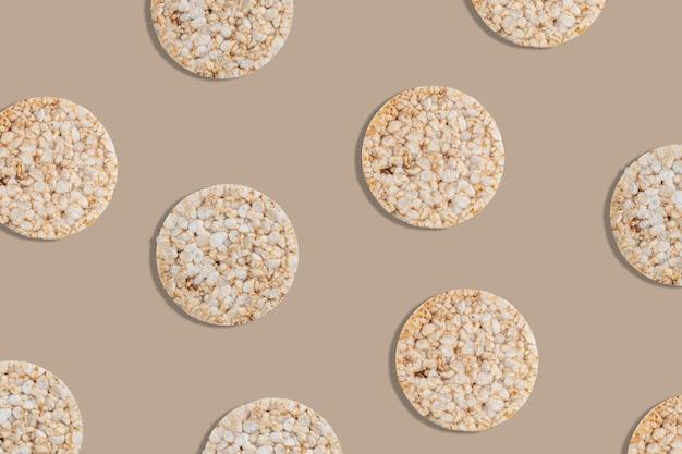 Padrão criativo de bolos de arroz no fundo brilhante. Foto Premium
