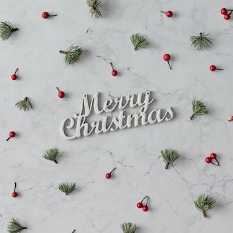 Padrão criativo de decoração de natal na mesa de mármore. conceito de férias. postura plana.