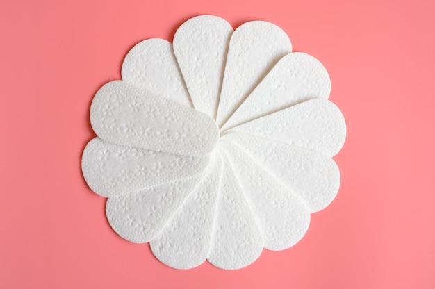 Padrão de absorventes higiênicos menstruais ou guardanapos descartáveis femininos vazios puros em fundo rosa