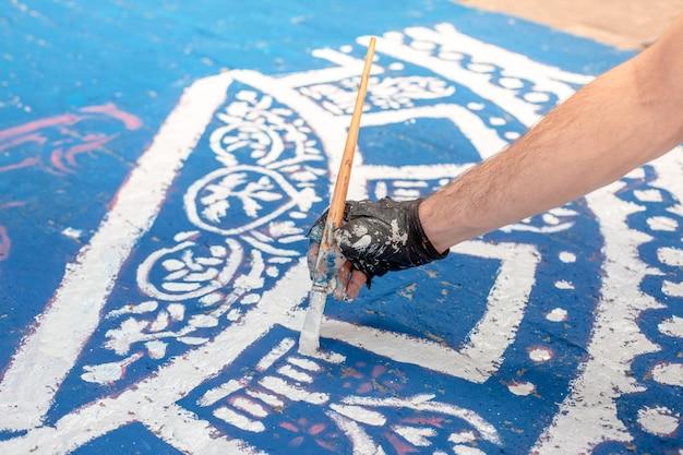Padrão de azulejo colorido em uma rua
