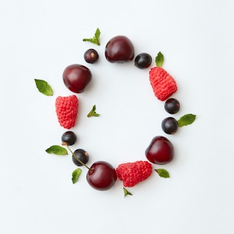 Padrão de baga natural da letra o do alfabeto inglês de frutos maduros naturais - groselha preta