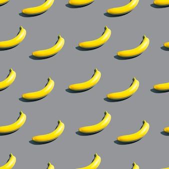 Padrão de bananas amarelas brilhantes sobre um fundo azul. plano de fundo de design criativo na cor do ano
