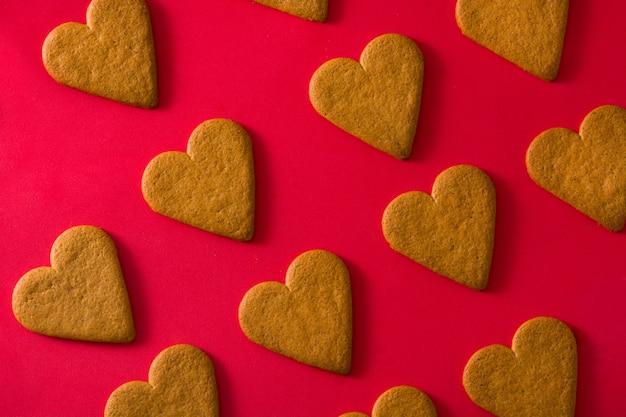 Padrão de biscoitos em forma de coração na superfície vermelha