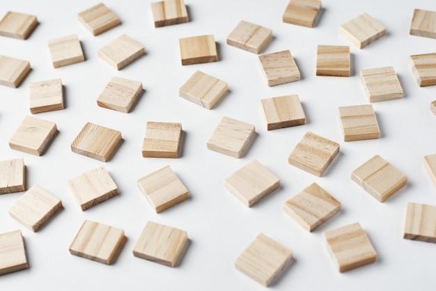 Padrão de blocos de madeira vazio no fundo branco, vista superior