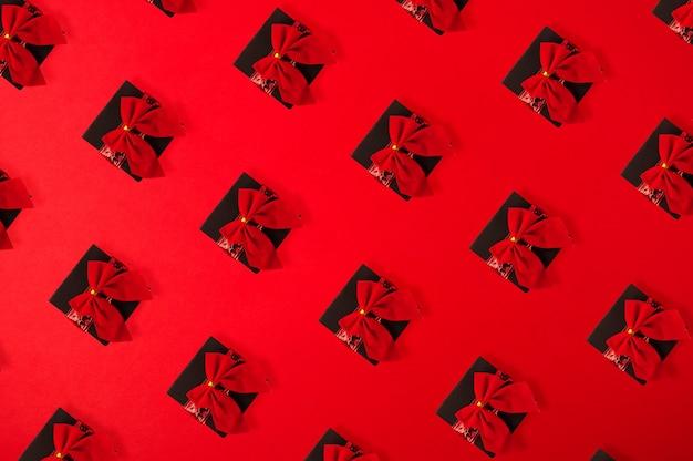 Padrão de caixas de presente com fita vermelha em vermelho